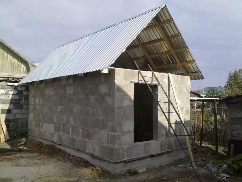 Если не считать времени, затраченного на подготовку и отстаивание фундамента, сарай был построен за 4 недели.